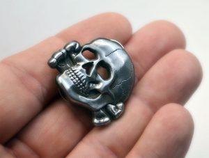 skull_german_totenkopf_crossbones_death_head_pin_hand